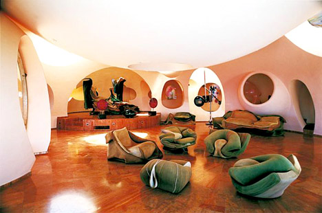 Palais_bulles_bubble_palace_france_pierre_cardin_living_room