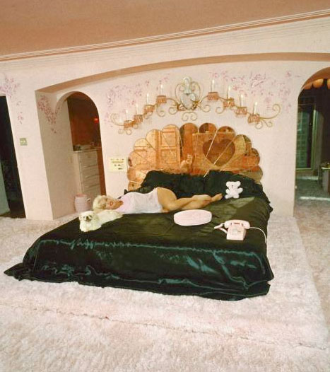Jayne_mansfield_bedroom_pink_palace_beverly_hills_shag