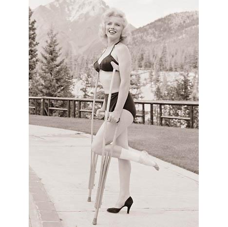 Marilyn_monroe_lost_look_photos_august_1953_John_Vachon_crutches