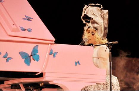 Lady-gaga-damien-hirst-piano-moca