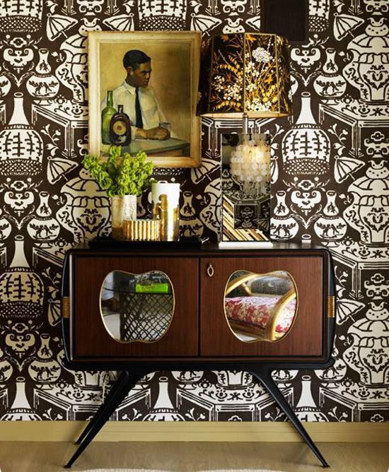 70s-inspired-brown-wallpaper-deco-brass-shell-lamp