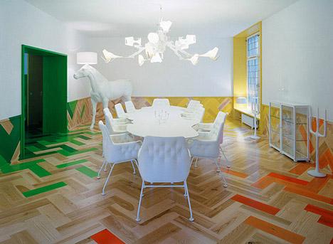 Moooi-horse-lamp-white-colorful-parquet-floor