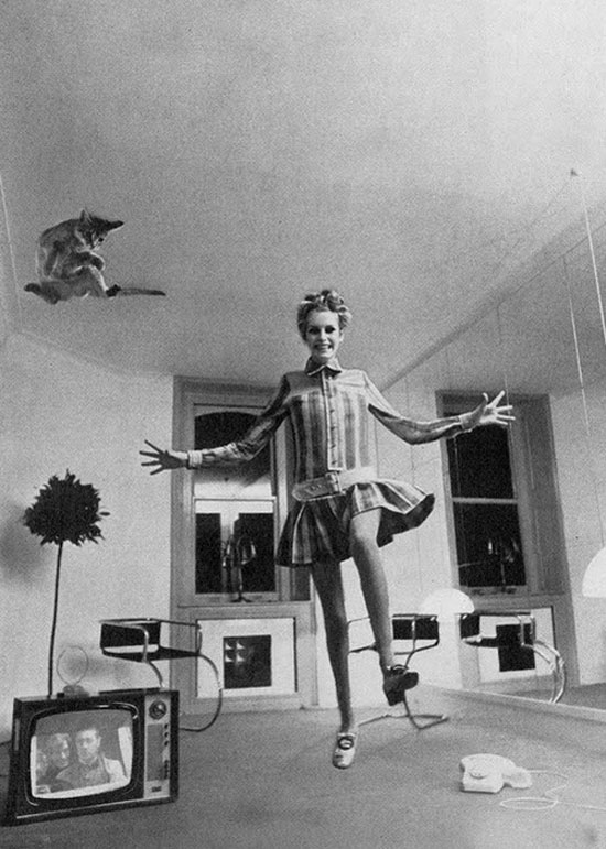 Twiggy-Helmut-Newton-Vogue-1967-flying-kitty