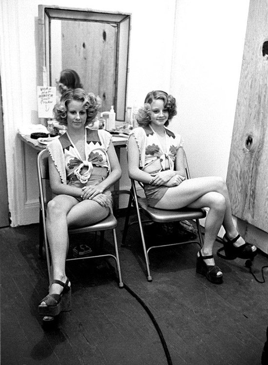 Behind the scenes Taxi Driver Jodie Foster and sister